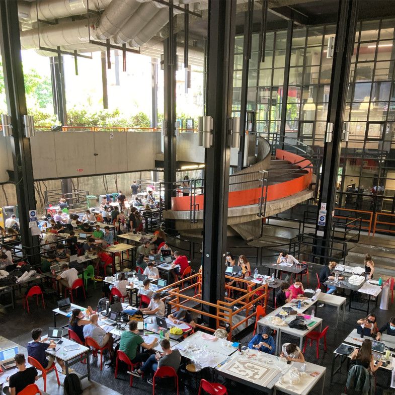 1. students working in the open-air hall of POLIMI architecture dept 1800